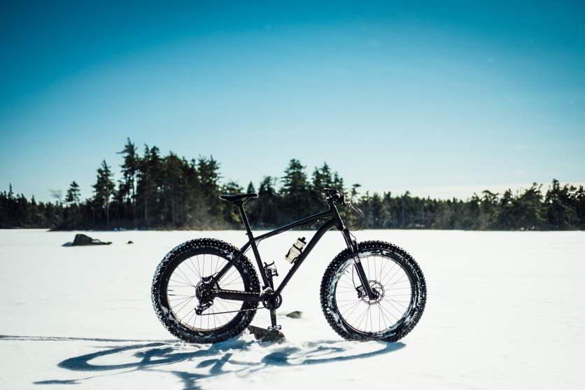 bici con ruote grosse in montagna