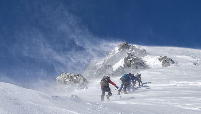 Giacca d'alpinismo per proteggersi dagli agenti atmosferici ad alta quota.