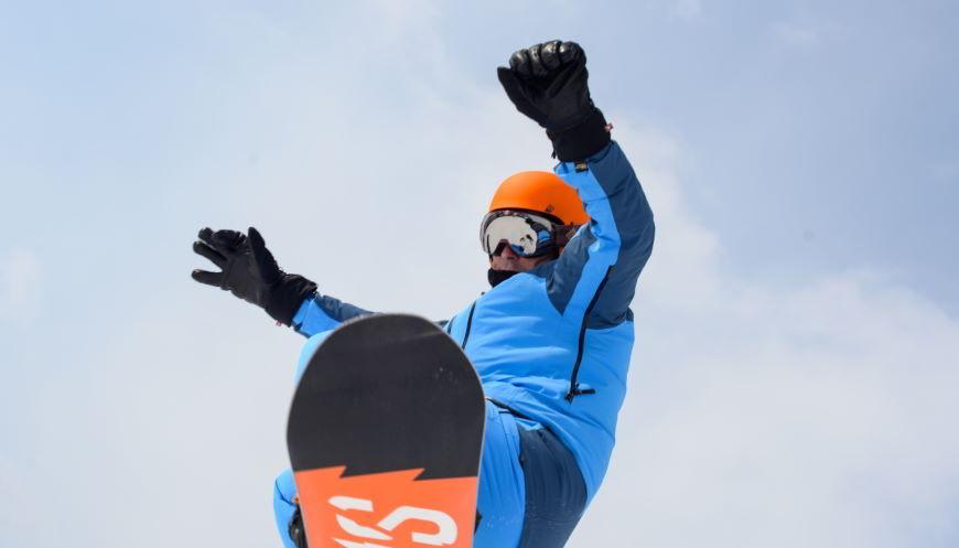 Scopri la differenza tra tuta da sci e da snowboard.