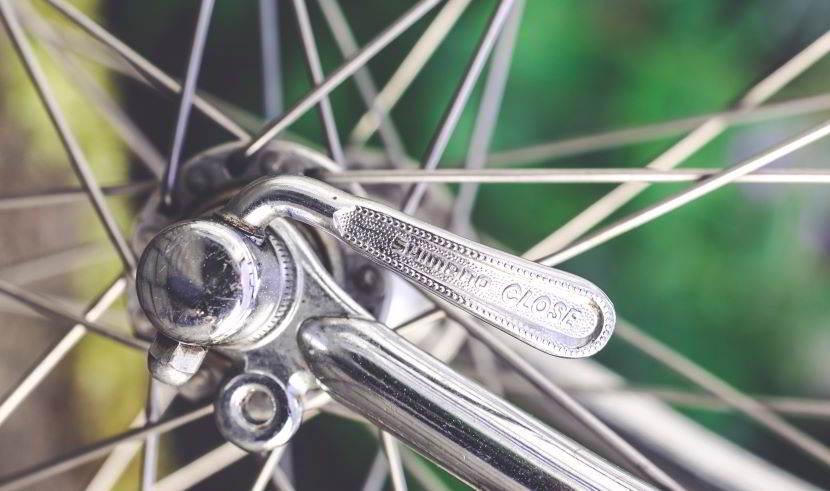 Passaggio da bici da corsa a gravel: cambio ruote.