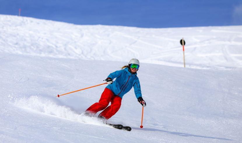 Donna che scia in una delle migliori piste da sci italiane.