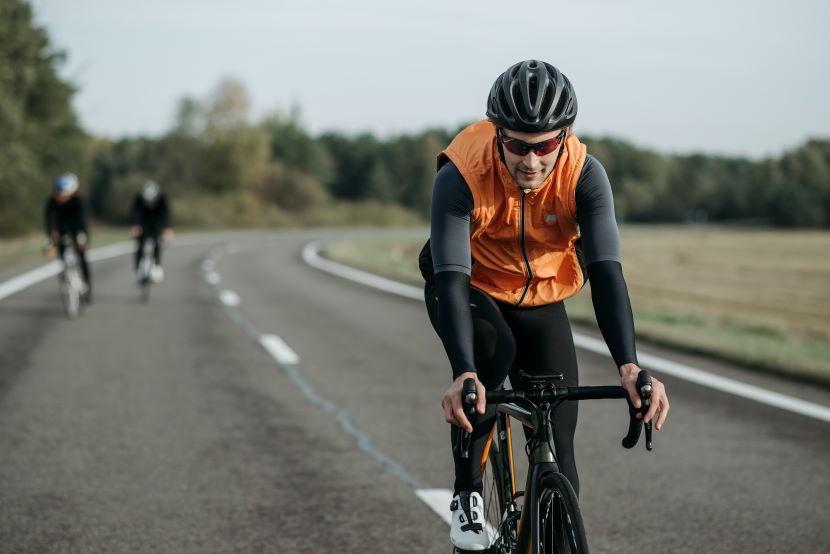 ciclista che festeggia la Giornata mondiale della bicicletta